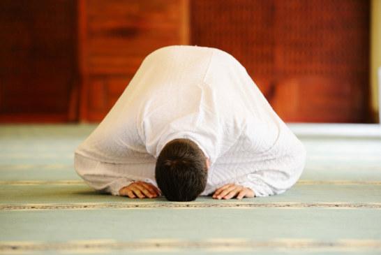 رجل مسلم يصلي